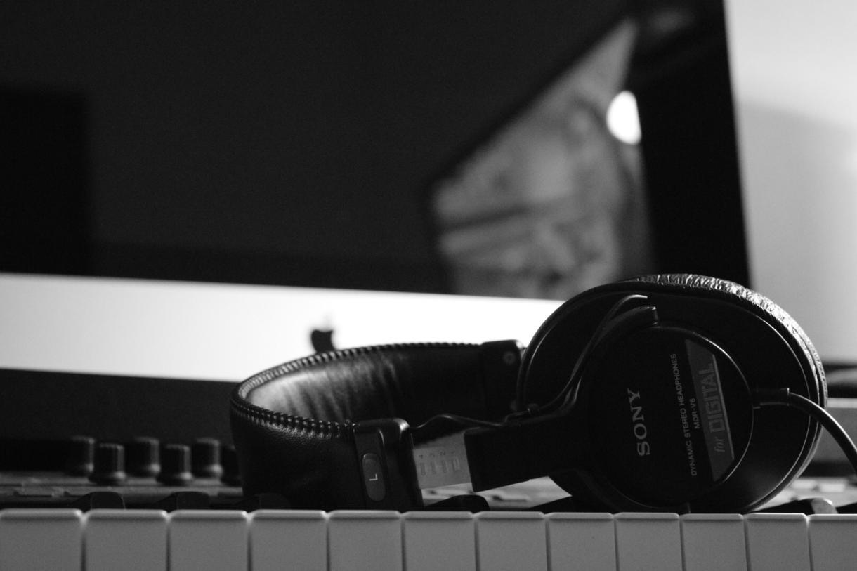 作曲・編曲・ミキシング作業、一括で承ります 作品で人の心を動かしたい方へ、音楽でご協力させてください。 イメージ1