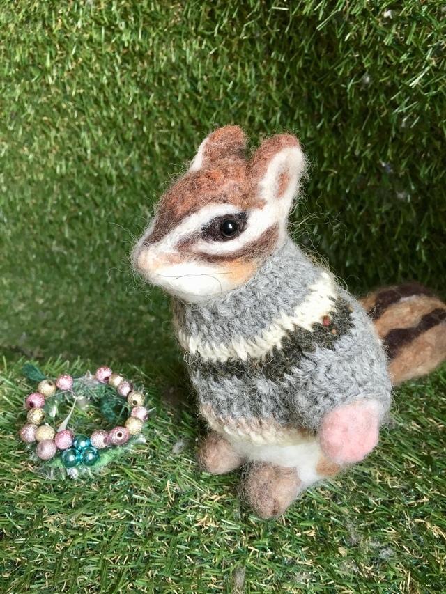 手編みロピーセーターを着たシマリス人形を販売します お好きなスペースにお飾り下さい。