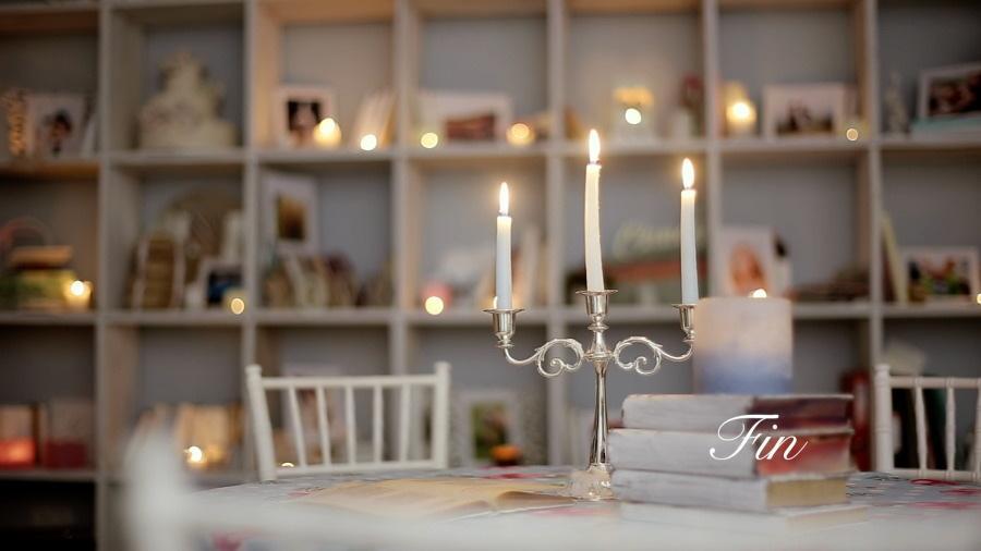 ナチュラルで上品な結婚エンドロールムービー作ります bookshelfに写真たてが並ぶプロのムービーを低価格で