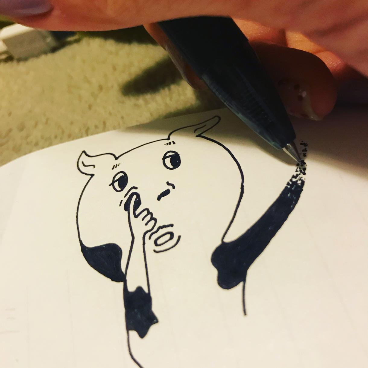 イラスト描いてます 机の上の落書きにしてはうますぎる!?