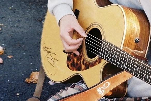 カバー動画や自作曲に!ギター(アコギ)伴奏します コンテスト受賞歴多数!スラム奏法での派手なアコギアレンジも!