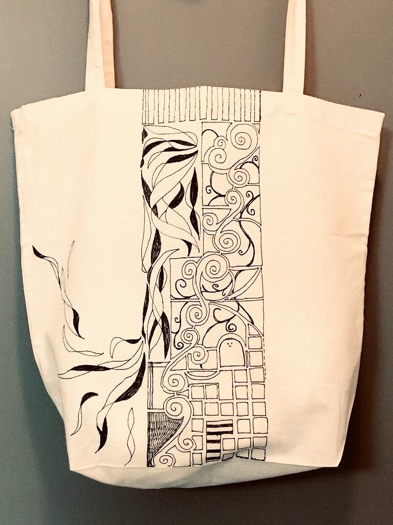 トートバッグに文様を描きます 全手描き、世界にひとつを持ち歩こう