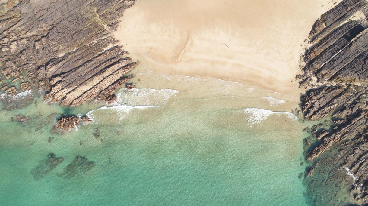 砂浜に文字を書いて空撮します 誰にでも撮れない空からの写真を提供します