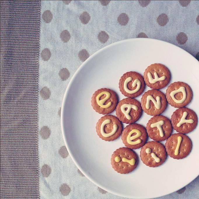 お皿の上で文字を書いて写真撮影します!簡単なイラストもOK!