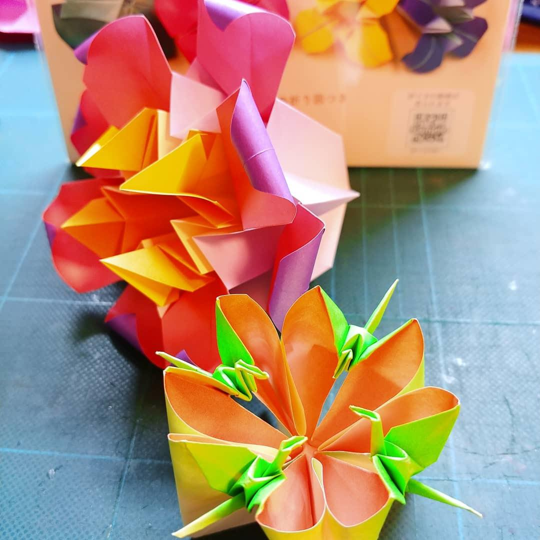 折り図が読めないあなたに、折り紙教えます キャラクター折り紙、とても豪華な花のくす玉、鶴の華など。