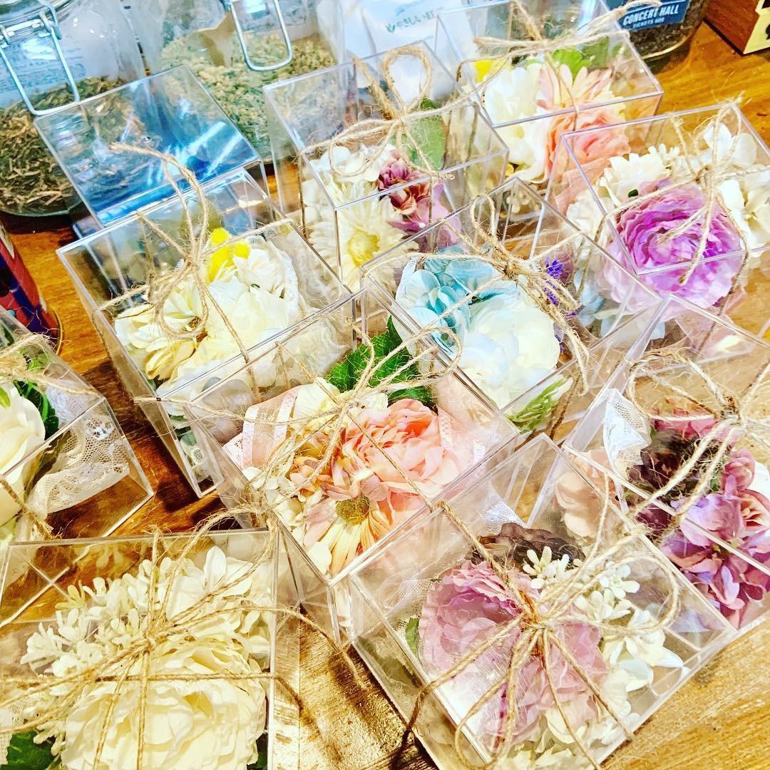 造花でコサージュつくります 卒業式、入学式、結婚式などのコサージュ作成します