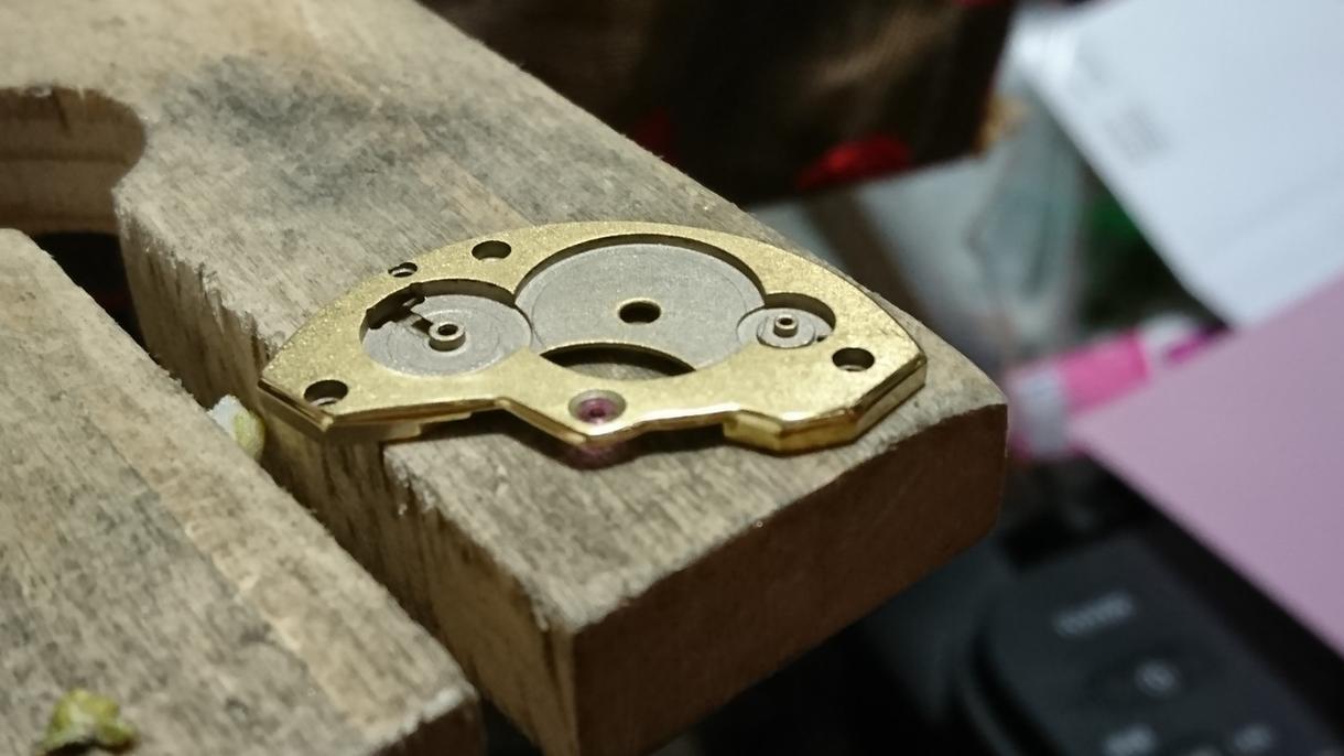 機械式時計の仕上げや成形を学べます 時計は簡単に仕上げができちゃうんです!。
